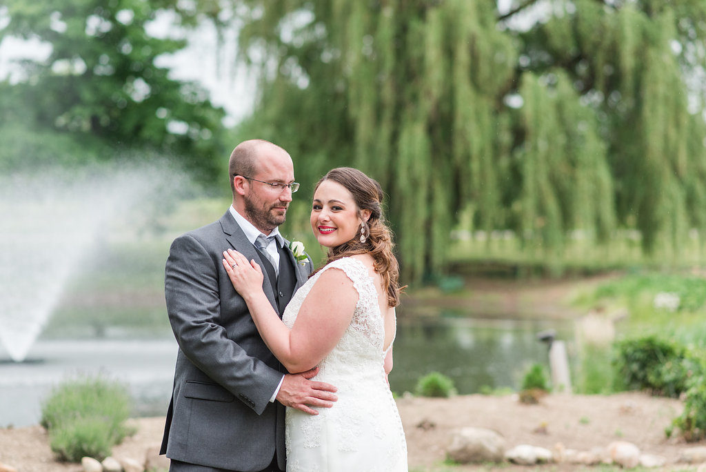wedding couple in front of willow tree